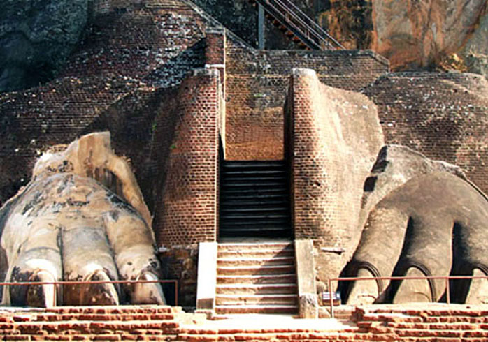 Sigiriya-entrance-lion-paws