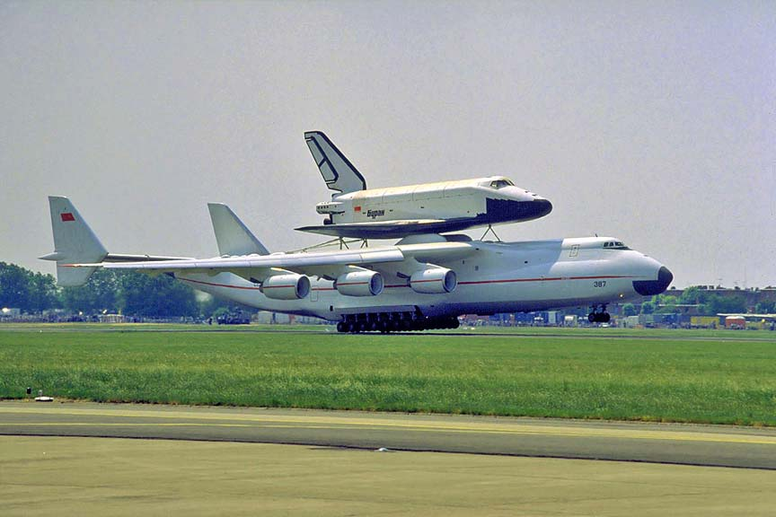 Mriya lifts the Buran, Le Bourget 1989