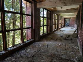 Glenn-Dale-Hospital-Adult-Building-open-air-hallway