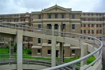 A ramp in Corpus Christi, Texas, takes pedestrians within fifty feet of the courthouse's south entrance.