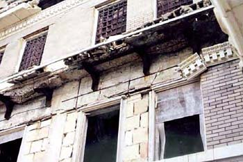 The deteriorating façade of the 1914 courthouse as it appeared in 2000.