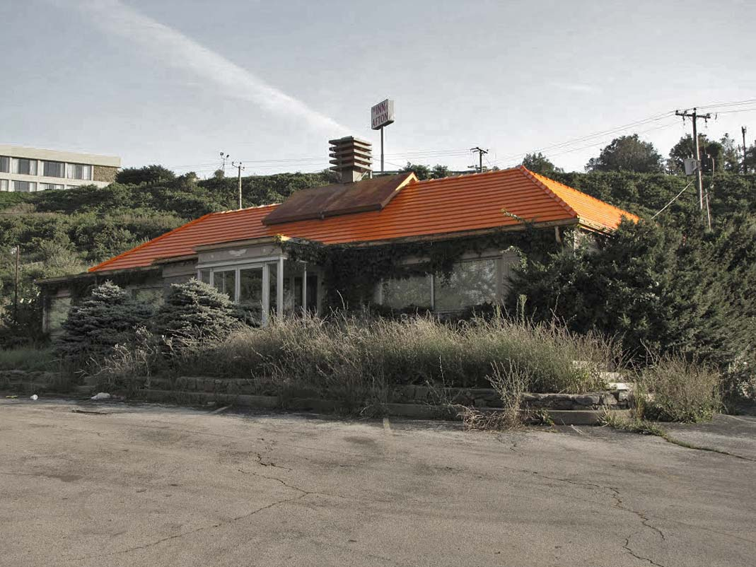 Howard-Johnson-abandoned-restaurant-Afton-Mountain-closed-in-1998